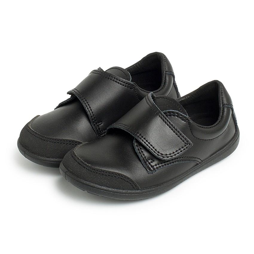 Chaussure d'écolier avec embout renforcé
