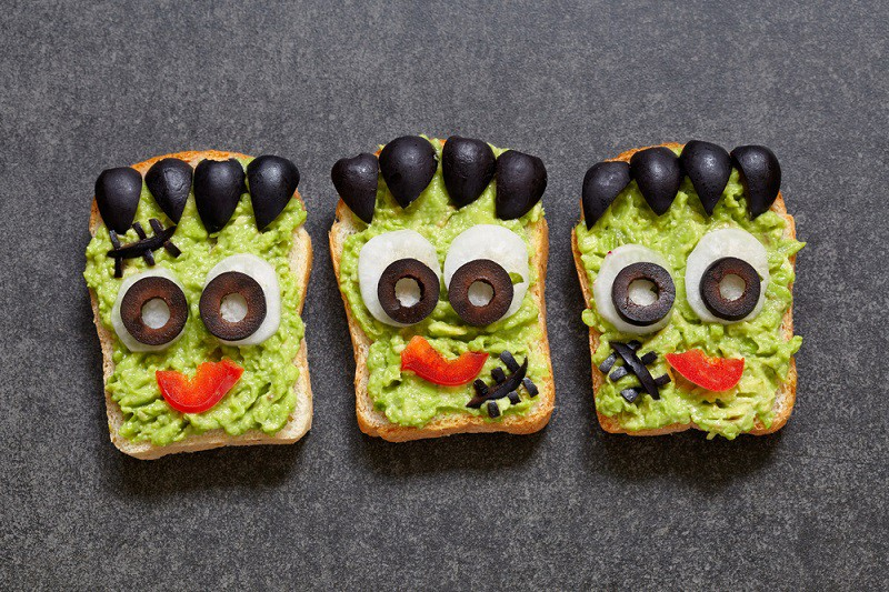 Toasts à l'avocat avec des olives noires Pisamonas
